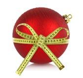 与测量的磁带的圣诞节球 免版税库存图片