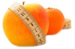 与测量的磁带饮食的成熟果子 免版税库存图片