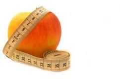 与测量的磁带饮食的成熟果子 免版税图库摄影