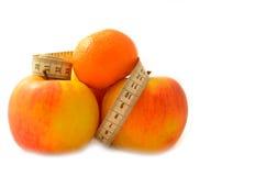 与测量的磁带饮食的成熟果子 库存照片