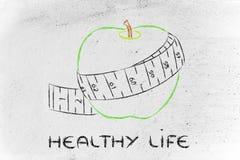 与测量的磁带,健康生活的概念的苹果计算机 免版税库存图片