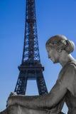 与浏览埃菲尔的雕象 库存图片