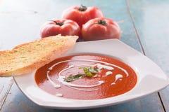 与浓厚乳脂的红色蕃茄汤 免版税库存图片