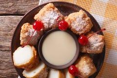 与浓缩牛奶特写镜头的油煎的牛奶点心 水平的上面 库存图片