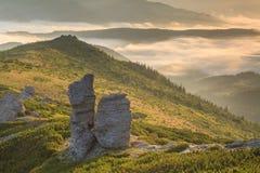 与浓雾的惊人的山风景 库存照片