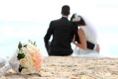 与浪漫夫妇的花束在背景中 免版税库存照片