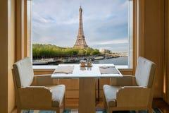 与浪漫感觉埃菲尔拖曳的现代豪华餐馆内部 库存图片