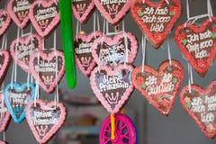 与浪漫消息的被烘烤的心脏 免版税库存图片
