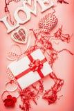 与浪漫组成的情人节平的位置由词爱、礼物盒、心脏和装饰 库存照片