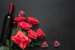 与浪漫英国兰开斯特家族族徽、酒瓶、心脏和红色礼物盒的华伦泰卡片在木桌上 与空间的顶视图 库存图片