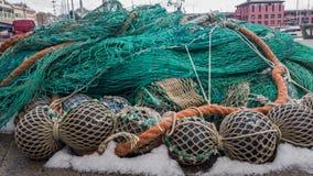与浮游物的捕鱼网在冬天存贮的岸折叠了 免版税库存照片