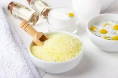 与浴黄海盐、自然奶油和春黄菊的温泉背景 图库摄影