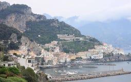 与海、岩石和传统意大利建筑学的美好的风景在日落 免版税图库摄影
