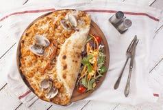 与海产品的薄饼在白色背景 库存图片