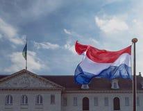 与海博物馆屋顶的Ffluttering荷兰旗子 库存照片