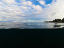 与海和天空的双重风景 在热带海滨的水线上下 库存照片