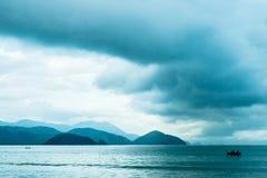 与海和小船的风景 免版税库存照片