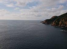 与海和峭壁的热带风景在阿卡普尔科,墨西哥传统地区  免版税图库摄影