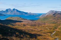 与海和弯曲的路的挪威山风景 免版税图库摄影