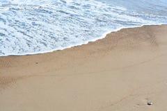 与海和沙子的海滩风景 免版税库存照片