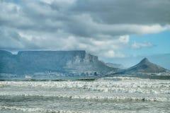 与海和波浪的开普敦视图 免版税图库摄影