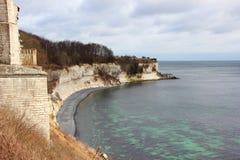 与海和白色峭壁的Stevns Klint海岸线 免版税库存图片