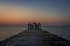 与海和长的桥梁,泰国的日落 免版税库存图片