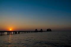 与海和长的桥梁,泰国的日落 免版税库存照片
