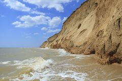 与海和黏土岸的风景 库存图片