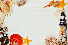 与海壳和灯塔的板条背景 免版税库存图片