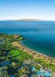 与海岛的美好的夏威夷海岸线在背景中 免版税库存图片