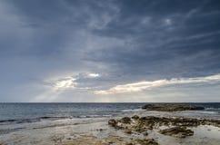 与海岸的多云天空,是Aruttas,撒丁岛 库存照片