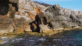 与海岸线岩石的海膨胀 股票视频