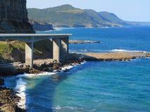 与海峭壁桥梁的沿海风景 图库摄影