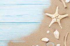 与海星和壳的海沙 免版税库存照片