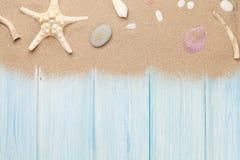 与海星和壳的海沙 免版税库存图片