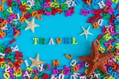 与海星的旅行文本和许多上色信件 时刻旅行在照片框架、夏时和假期写的文本 免版税库存图片