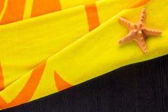 与海星的海滩毛巾 库存图片