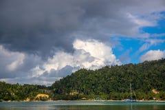与海水和绿叶的热带海边风景 渔船和游艇在热带海岛田园诗盐水湖  免版税库存照片