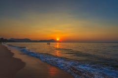 与海水的美丽的日落天空 库存图片