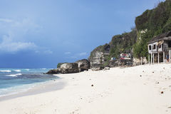 与海沙太阳和海滩的绿色大山阳光天和明亮的天空和云彩背景 库存照片