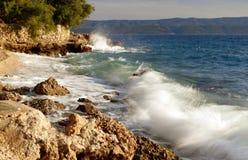 与海波浪的美丽的蓝色达尔马希亚海岸 图库摄影