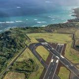 与海洋和跑道的毛伊着陆 免版税库存图片