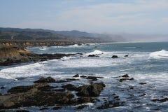 与海浪的加利福尼亚岩石海岸 免版税库存照片