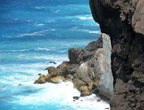 与海浪的岩石海边。 免版税图库摄影