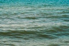 与海浪的海沙滩在日落 库存照片