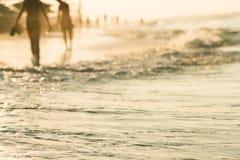 与海浪的海沙滩在日落 图库摄影