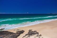 与海浪的热带海滩在英属黄金海岸,澳大利亚挥动 库存照片