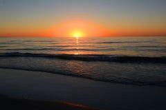与海浪的Sunest 免版税库存照片