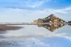 与海海滩的一座山 免版税库存照片
